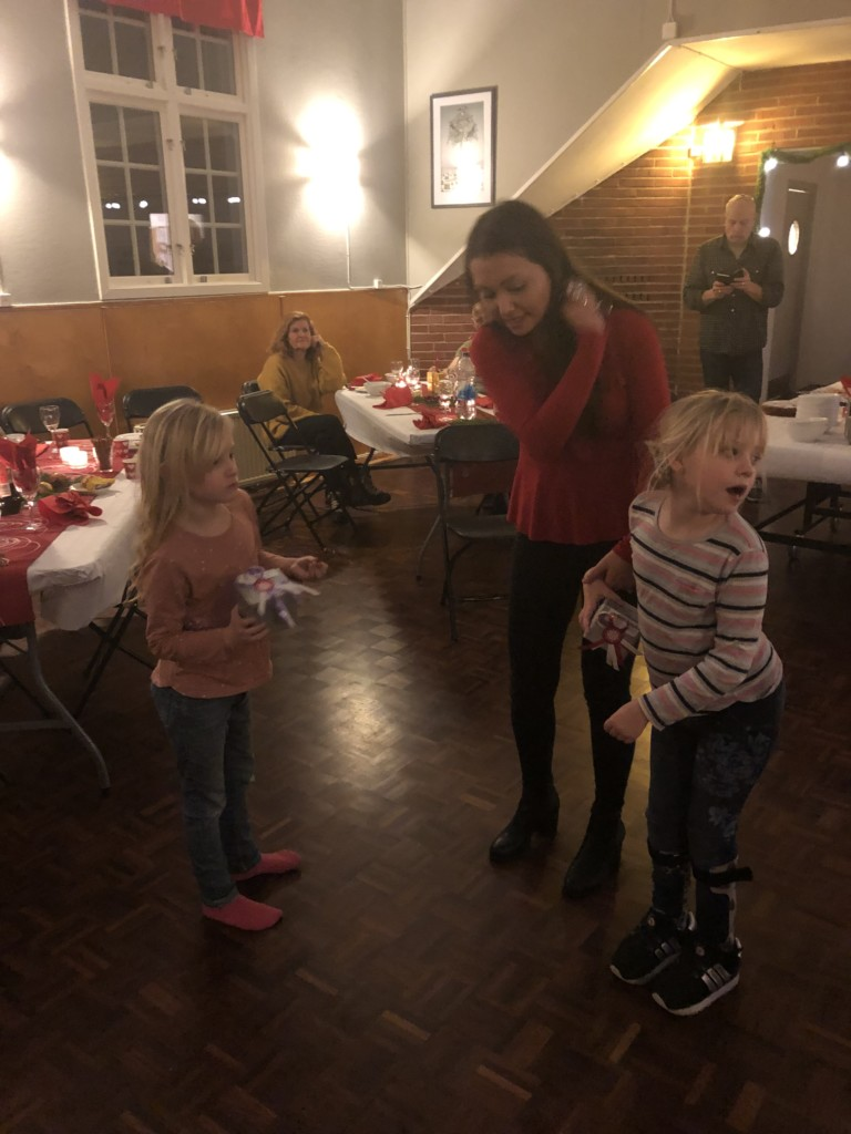 Glada tjejer på julbord glaucus assistans